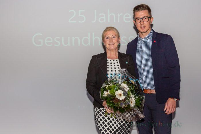 Vereinsvorsitzender Sebastian Bennett gratulierte der Leiterin der Gesundheitssportabteilung, Susanne Werbinsky, mit einem Blumenstrauß, verbunden mit dem Dank für ihre gute Arbeit. (Foto: P. Gräber - Emscherblog.de)