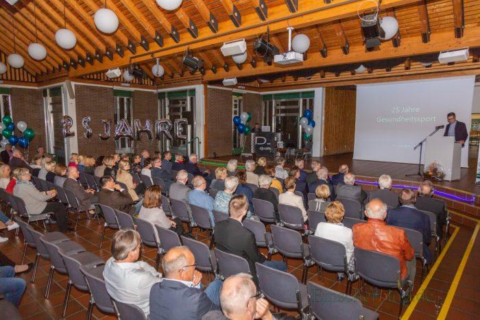 Zu dem Empfang im Forum waren zahlreiche Ehrengäste wie Landrat Michael Makiolla, Bürgermeisterin Ulrike Drossel sowie Vertretern von Politik, Vereinen und Verbänden erschienen. (Foto: P. Gräber - Emscherblog.de)