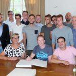 HSC-Meistermannschaft trägt sich ins Goldene Buch der Gemeinde ein