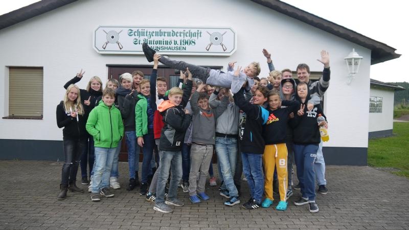 Die Teilnehmer der Video AG vor der Schützenhalle in Braunshausen, wo die beiden jüngsten Filme entstanden sind. (Foto: privat)