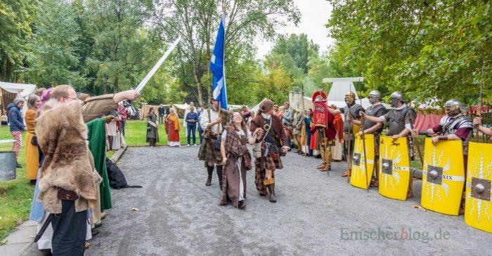 Zur Eröffnung des historischen Lager marschierten Vertreter der einzelnen Epochen auf de Boule-Anlage auf. (Foto: P. Gräber - Emscherblog.de)