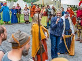 Bürgermeisterin Ulrike Drossel hatte sichtlich Spaß bei der Eröffnung des historischen Lagers am Samstag im Emscherpark. (Foto: P. Gräber - Emscherblog.de)