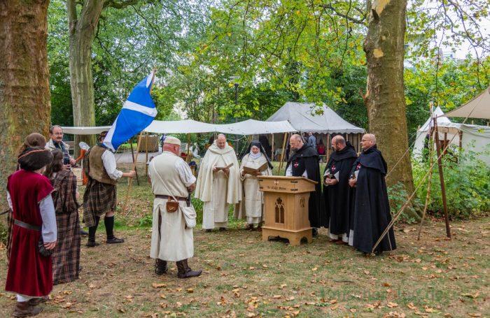 Vor der Eröffnung des historisches Lagers wurde eine Andacht in mittelalterlichen Gewändern zelebriert. (Foto: P. Gräber - Emscherblog.de)