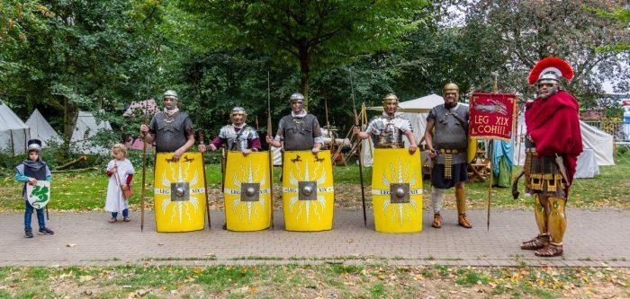 Ungewohntes Bild: Römische Patroullie mit Centurion im Emscherpark. (Foto: P. Gräber - Emscherblog.de)