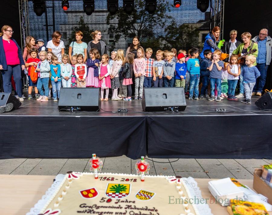 """Nach den Grußworten von Bürgermeisterin Ulrike Drossel und dem Kulturausschuss-Vorsitzenden Michael Klimziak eröffneten die Kinder des DRK-Kindergartens """"Hokuspokus"""" mit einigen Liedern die Geburtstagsparty der Gemeinde. (Foto: P. Gräber - Emscherblog.de)"""