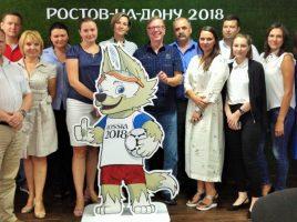 Gruppenbild mit dem WM-Maskottchen: Gerd Kolbe (Mitte) und sein Rostower Partner Michael Rebro (rechts daneben) mit den Mitarbeiterinnen und Miitarbeitern des Weltmeisterschaftsbüros in der südrussischen Millionenstadt. (Foto: privat)