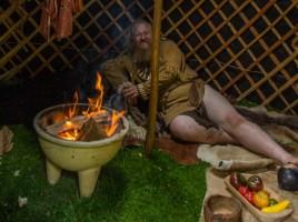 Vom Rauchfleisch bis zur Felldecke alles stilecht - da kommt Steinzeit-Feeling auf. (Foto: P. Gräber - Emscherblog.de)