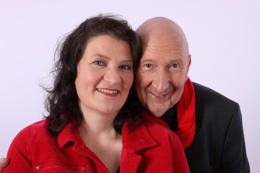 Mona Lichtenhof und Dieter Dasbeck präsentieren ihr Programm beim Liedernachmittag im Seniorentreff. (Foto: Gemeinde Holzwickede)