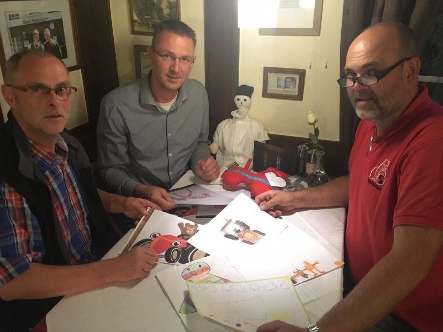 Die vereinseigene Jury der Schlepperfreunde hat sich für zwei Gewinner beim Maskottchen-Wettbewerb für den roten Trecker entschieden. (Foto: privat)