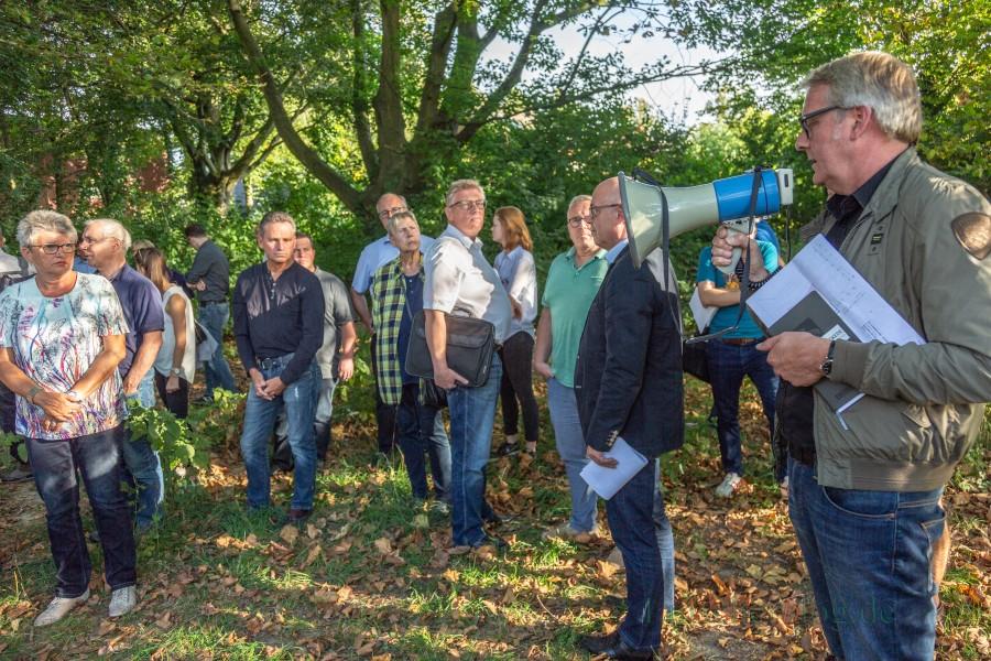 """Die Sitzung des Umweltausschusses begann heute unter Beteiligung zahlreicher Bürger mit einem Ortstermin im Emscherpark: """"Damit auch jeder sieht, worüber er abstimmt"""", so der Antragsteller Frank Niehaus (BBL). (Foto: P. Gräber - Emscherblog)"""