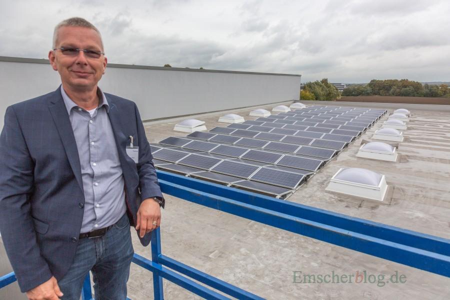 Frank Kien, Geschäftsführer Powertx, vor der Photovolatikanlage auf dem Dach des Gattergebäudes. (Foto: P. Gräber - Emscherblog.de)