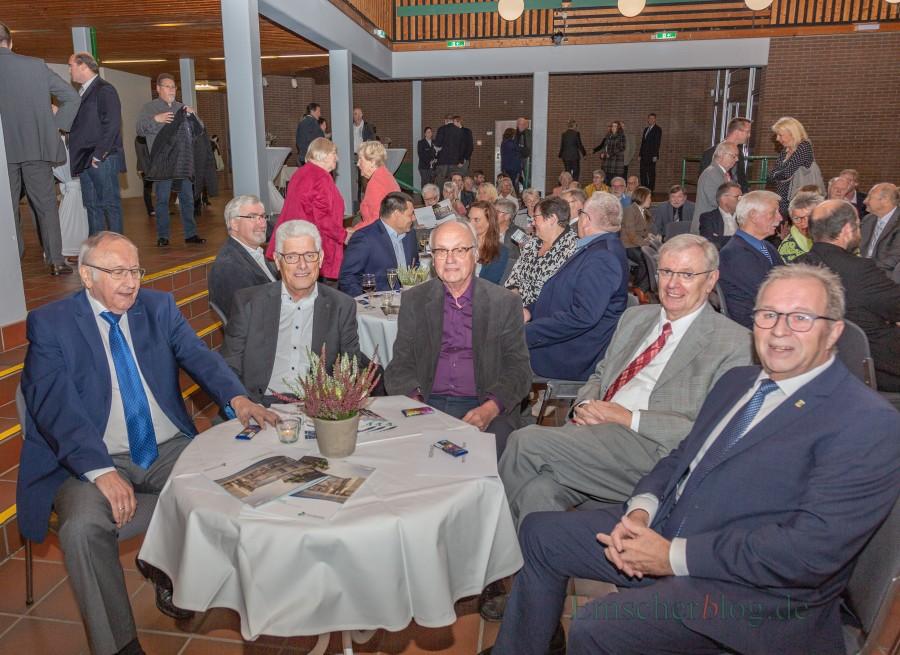 Unter Gästen auch der ehemalige Bürgermeisterin Jenz Rother, der ehemalige Beigeordnete und Kämmerer Max-Otto Kohl, Ex-Gemeindedirektor Heinrich Kampmann, der frühere Fachbereichsleiter Volker Risse sowie Kämmerer Rudi Grümme (v.l.) (Foto: P. Gräber - Emscherblog.de)