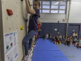Anna (Klasse 3b) und Charlotte (Klasse 3a) gehörten zu den ersten Kindern, die die neue Boulderwand in der Turnhalle der Paul-Gerhardt-Schule erklettern durften. (Foto: P. Gräber - Emscherblog.de)