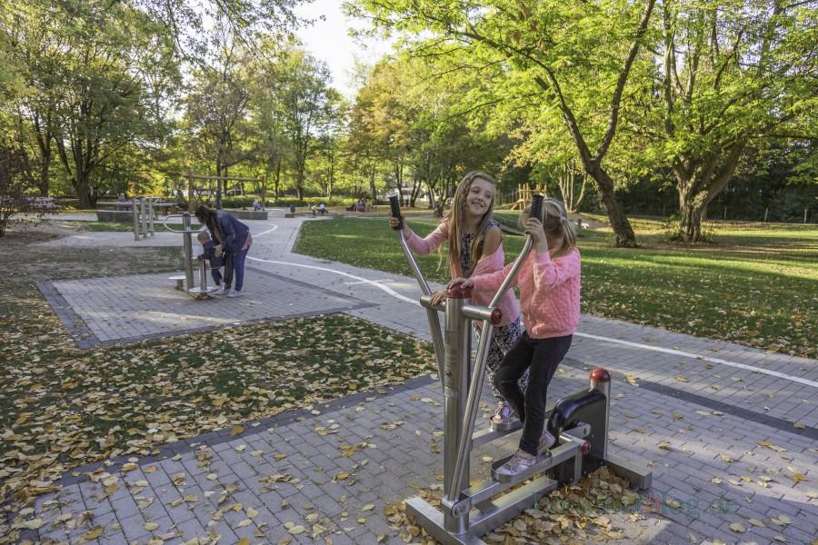 Mehrgenerationen-Spielplatz im Emscherpark: Unter die Spielgeräte, wie hier den Stepper, gehören weiche Gummisteine, um die Verletzungsgefahr bei Stürzen zu mindern, meint der Seniorenbeirat. (Foto: P. Gräber - Emscherblog.de)