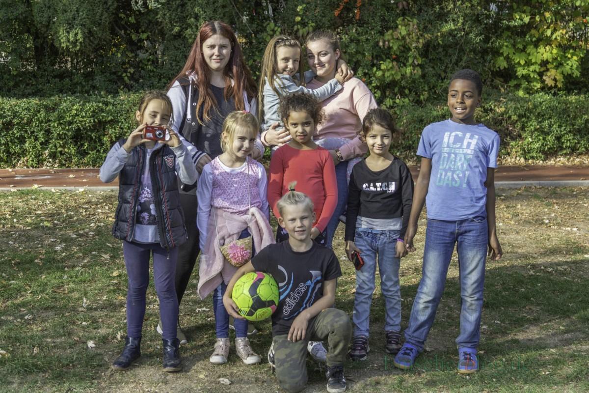 Das Kinder-Reporterteam der OGS der Aloysiusschule auf dem Spielplatz Kantstraße, v.li.: Mia (8), Betreuerin Saskia, Sveva (7), Luisa (7) mit Praktikantin Annika, Dalia (7), Arssenij (9), Neyma (7) und Trenton (9). (Foto: P. Gräber - Emscherblog.de)