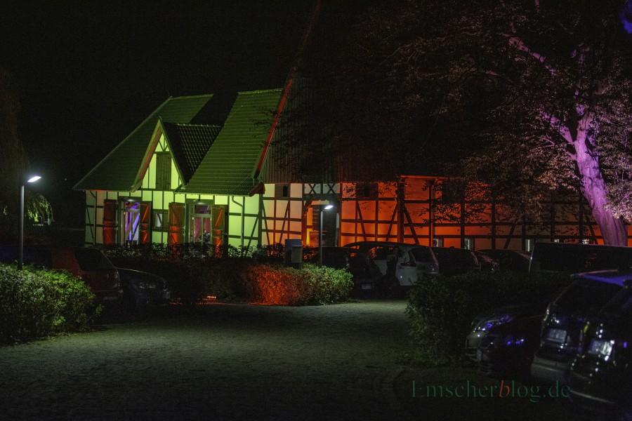 Im stimmungsvoll illuminierten Emscherquellhof  fand am Samstag die britische Krimi-Nacht statt.  (Foto: P. Gräber - Emscherblog.de)