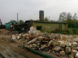 Die Bahn hat damit begonnen, die letzten Gebäude im hinteren Bereich des Holzwickeder Bahnhofs abzureißen. (Foto: privat)