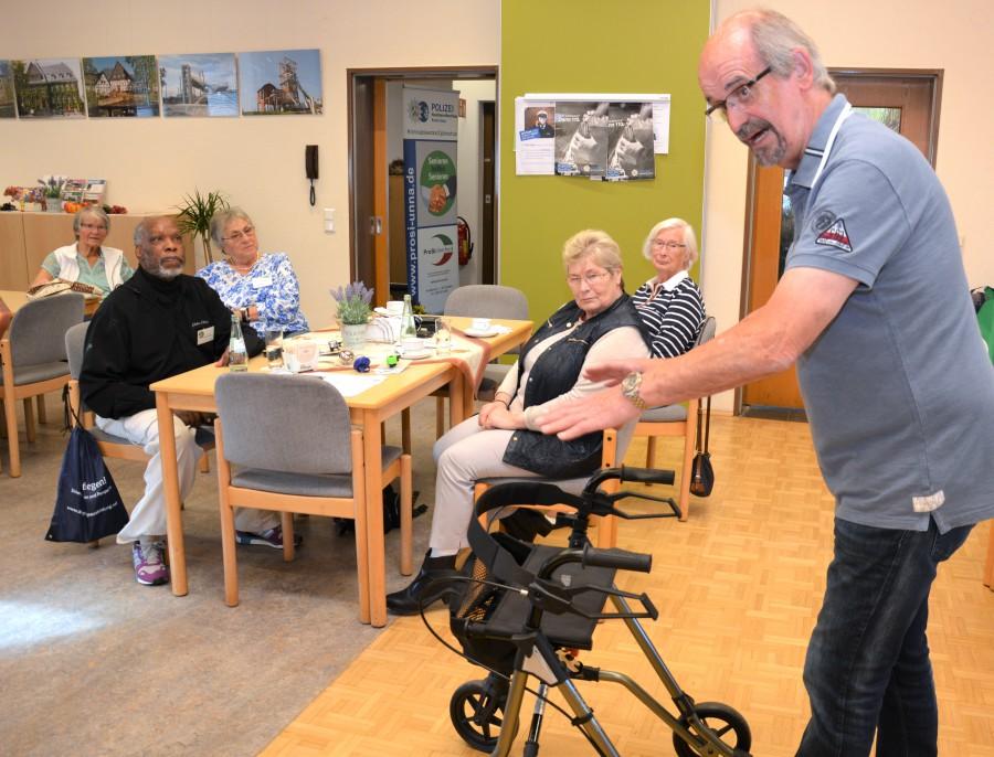Seniorenberater Klemens Splittgerber untermalte seinen Vortrag mit praktischen Vorführungen. (Foto: privat)