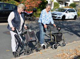 """Wie man ein schlecht zu überwindendes Hindernis, die Bordsteinkante, """"in den Griff bekommt"""", demonstrierten die Seniorenberaterinnen Doris Keller (rechts) und Karin Petschat. (Foto: privat)"""