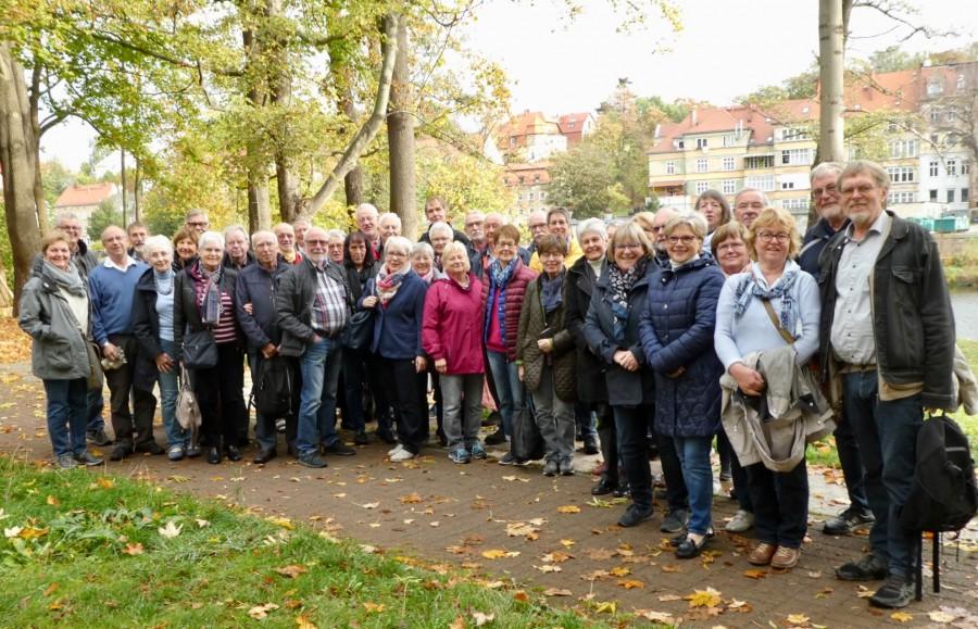 De Reisegruppe der GEW vor ihrer Unterkunft in Görlitz auf deutscher Seite. Im Hintergrund die Neiße und die deutsch-polnische Grenze. (Foto: Uli Bangert)