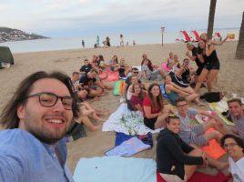 Das Selfie von Reiseleiter Fabian Knorre (li.) zeigt einen Großteil in diesem Jahr am Strand in Spanien. (Foto: Knorre)