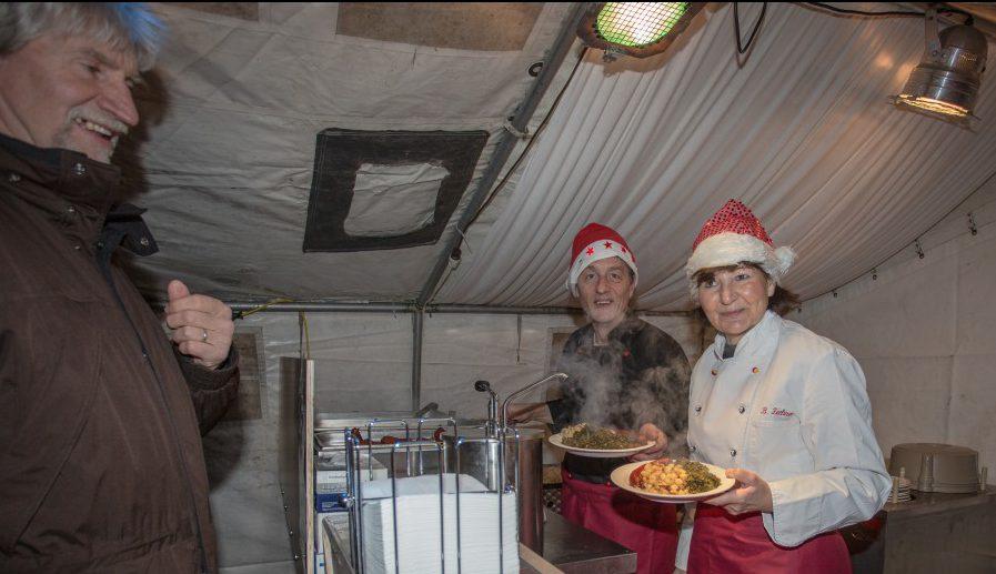 Das DRK Holzwickede bietet an allen drei Tagen deftigen Grünkohl mit Bratkartoffeln und einiges mehr  im Zelt auf dem Weihnachtsmarkt an. (Foto: P. Gräber - Emscherblog.de)