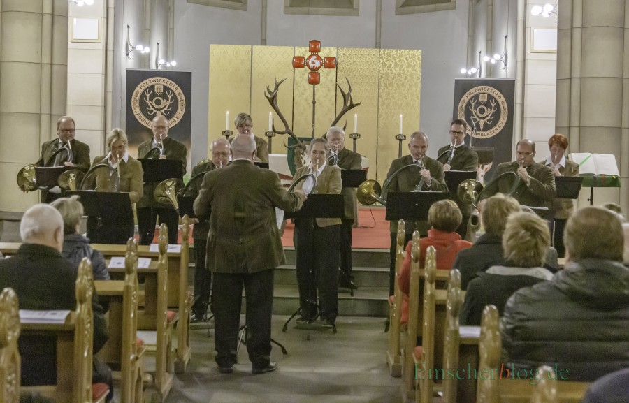 Die Holzwickeder Jagdhornbläser bei der 24. Hubertusmusse heute in der Liebfrauenkirche. (Foto: P. Gräber - Emscherblog.de)
