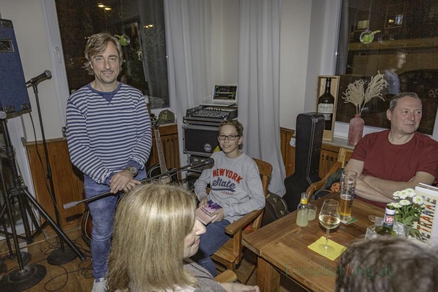 Gemeinsame Lesung bei einem lukullisch-literarischen Abend im Vivo: Autor Thomas Matiszik (li.) und sein Sohn Maximilian (14 J.), der gerade seinen ersten Kriminalroman veröffentlicht hat. (Foto: P. Gräber - Emscherblog.de)