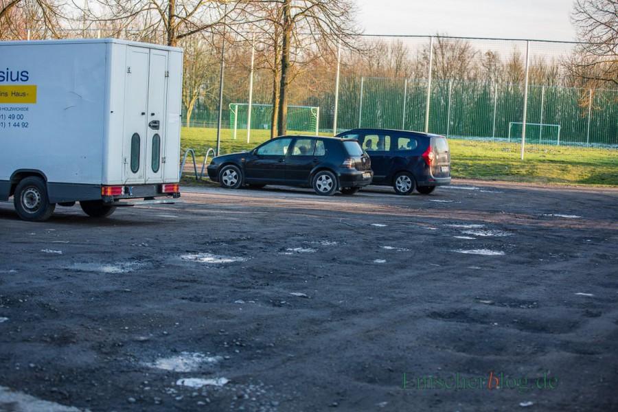 Den Parkplatz an der Haarstrang-Sportanlage wird befestigt, die ca. 95 Stellplätze mit Rasengittersteinen und einer asphaltierten Fahrgasse hergerichtet. Kosten: rd. 175.000 Euro. (Foto: P. Gräber - Emscherblog.de)