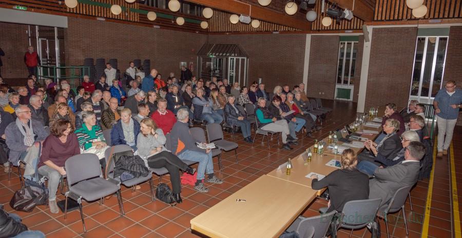 Die Gemeinde und die Vertreter der Projektentwickler WILMA informierten am Donnerstagabend im Forum über die Planung für den Wohnpark Emscherquelle: Das Interesse war groß.  (Foto: P. Gräber - Emscherblog.de)