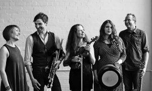 Die Band Cara sind, v.li.: Kim Edgar, Hendrik Morgenbrodt, Gudrun Walther, Aimée Farrell-Courtney und Jürgen Treyz. (Foto: privat)