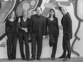 Wollen mit ihrem Konzert auf Haus Opherdicke auf Weihnachten einstimmen: das A-Capella-Quintett Opella Nova. (Foto: privat)