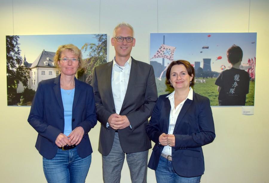 Dezernent Torsten Göpfert (M.) mit der künftigen Leiterin des Fachbereichs Familie und Jugend Katja Schuon (r.) und Sandra Waßen (l.), die in einen anderen Fachbereich wechselt. (Foto: Max Rolke – Kreis Unna)