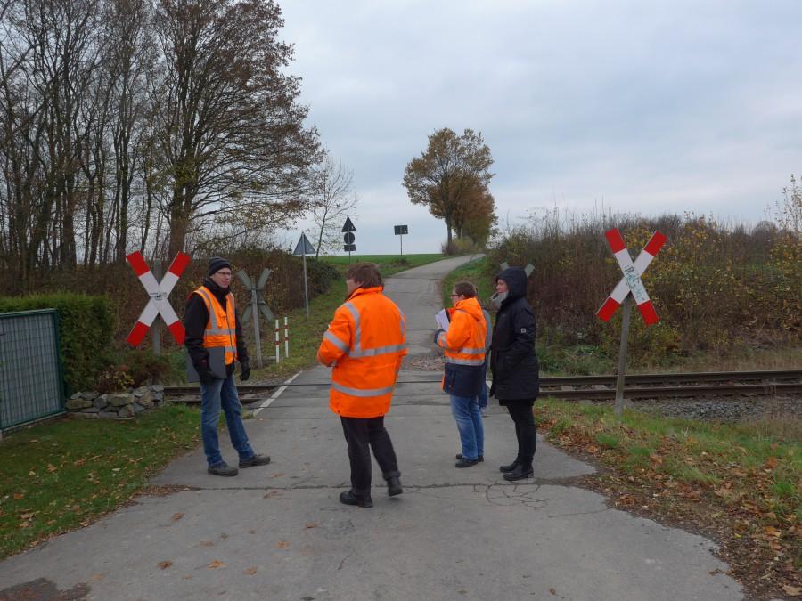 """Die Verkehrsexperten prüfen den unbeschrankten Bahnübergang """"Am Birnbaum"""" in Fröndenberg-Frömern. (Fo Michael Arnold - Kreis Unna)"""