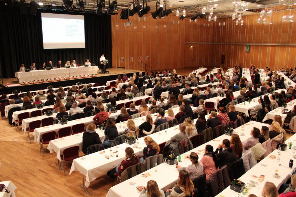 Rund 400 Mitarbeitende der AWO- Kindertageseinrichtungen im Kreis Unna trafen sich auf Einladung von Geschäftsführer Rainer Goepfert zum Informationsaustausch in Kamen.(Fotos: Sebastian Laaser, AWO UB Unna)