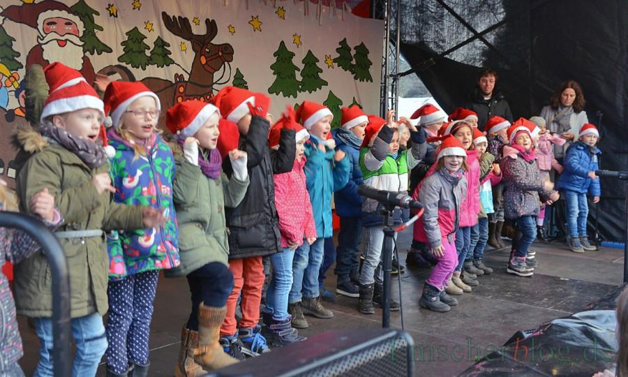 Auch auf dem Weihnachtsmarkt in diesem Jahr werden wieder die Grundschulen und Kindergröten das Programm auf der Bühne mitgestalten: Das Foto zeigt Kinder der Dudenrothschule bei einem Auftritt. (Foto: P. Gräber - Emscherblog.de)