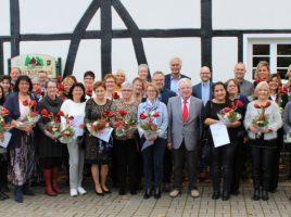 Die von der AWO Kreis Unna geehrten Mitarbeitenden vor dem Landgasthof Kepmann. (Foto: AWO Kreis Unna)