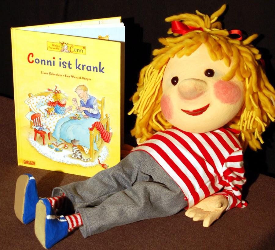 """""""Conni"""", hier mit ihrem Bilderbuch, und das Wodo Puppenspiel sind Gast bei der Weihnachtsfeier im Treffpunkt Villa. (Foto: privat)"""