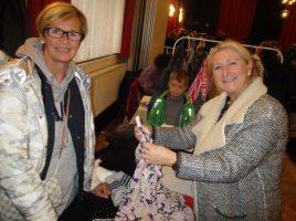 Der 5. Ladie's Fashion Markt des HSC-Gesundheitssports zog wieder viele Schnäppchenjägerinnen an. Hier schaut sich HSC-Organisatorin Susanne Werbinsky (r.) am Stand von Astrid Dietzow (l.) um. (Foto: privat)