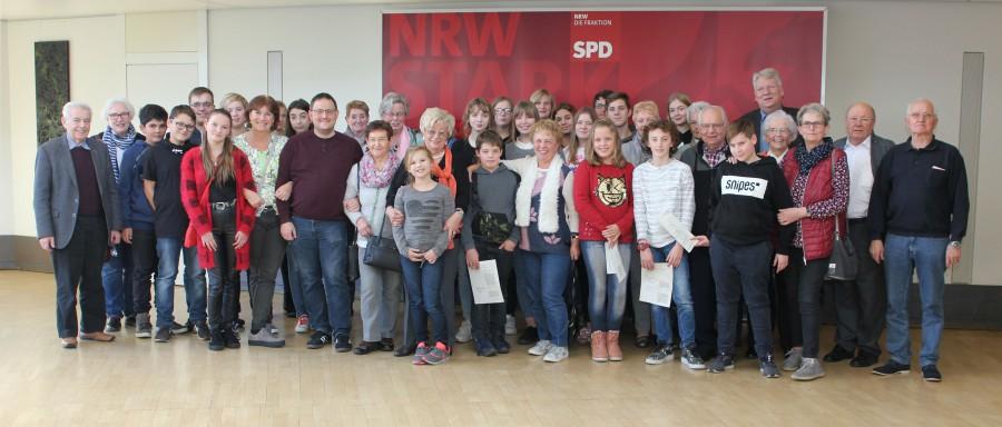 Senioren der Aktiven Bürgerschaft und Schüler der Josef-Reding-Schulemit dem Landtagsabgeordneten Hartmut Ganzke  bei ihrem Besuch im Düsseldorfer Landtag. (Foto: privat)