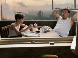 Julian (Oscar Brose) und Vater Waller (Charly Huebner) beim Fruehstueck © Slama - Winkelmann.jpg