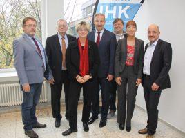 Stellten das Mobilitäts-Papier heuite der Öffenbtlichkeitkeit vor: IHK-Hauptgeschäftsführer Stefan Schreiber (4.v.l.) und die Vorsitzende des DGB Dortmund, Julia Reiter (3.v.l.), mit Vertretern der IHK und des DGB. (Foto: Thomas Ricken )