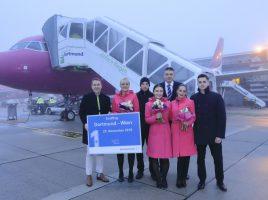 Guido Miletic, Leiter Marketing & Sales, begrüßte die Crew von Wizz Air zum Erstflug auf dem Vorfeld © Dortmund Airport, Hans-Jürgen Landes.