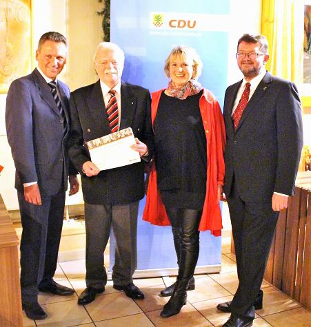 Rolf Kersting (2.v.l.), hier mit der stv. Parteivorsitzenden Sabine Schulz-Köller, wurde für 40-jährige Mitgliedschaft in der CDU geehrt von CDU-Fraktionschef Frank Markowski (l.) und dem Partevorsitzenden Frank Lausmann. (Foto: privat)