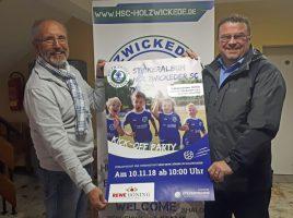 Harald Jelinek (Marketing) und Frank Spiekermann (Jugend) präsentieren das Plakat von stickerfreunde.de