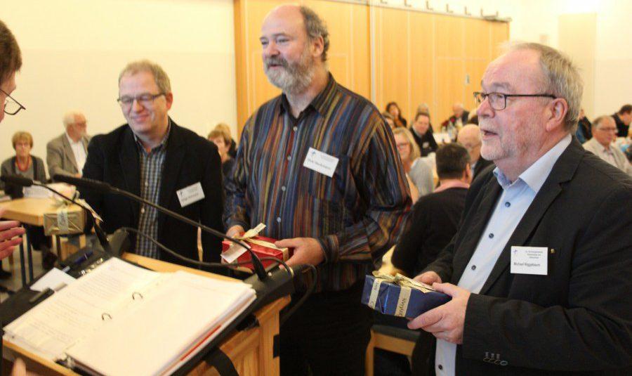 Letztmals auf der Synode waren die Pfarrer Dirk Heckmann, Helge Hohmann und Michael Niggebaum (v.li.). Heckmann und Hohmann wechseln in andere Bereiche, Niggebaum geht Ende des Jahres in den Ruhestand. (Foto: Ev. Kirchenkreis)