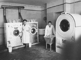 Joseph Joy mit seiner Frau in der ersten Schnellwäscherei Holzwickedes, die beide in den 50er Jahren eröffneten. (Foto: Archiv)