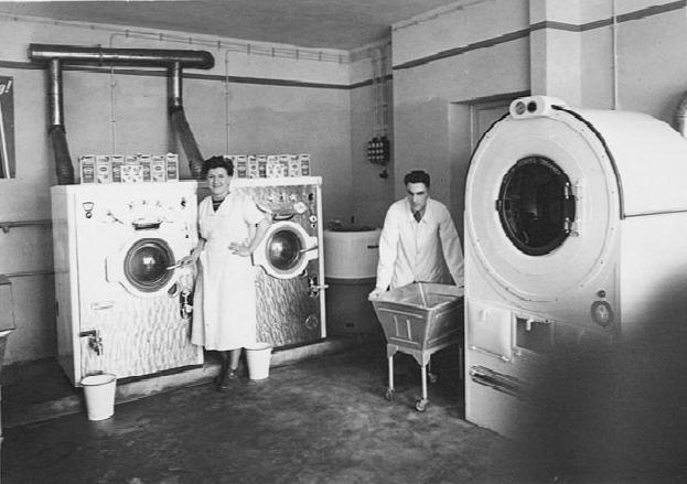 Joseph Joy (r.) eröffnet mit seiner Frau in 50er Jahren die erste Schnellwäscherei Holzwickedes. (Foto: Archiv)
