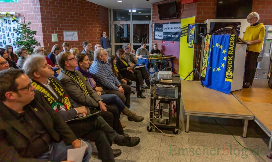 """CSG-Leiterin Andrea Helmig-Neumann begrüßte die zahlreichen  Gäste zur Präsentation des Themas """"Der BVB in der NS-zeit"""", unter ihnen Torsten  Schild vom BVB-Fanprojekt (vordere Reihe, v.,l.), Landrat Michael Makiolla, Gerd Kolbe und Sarah Hartwich, Leiterin des Borusseums. (Foto: P. Gräber - Emscherblog.de)"""