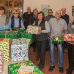 Rat & Tat-Helfer verteilen Weihnachtspakete in Ausgabestelle der Tafel